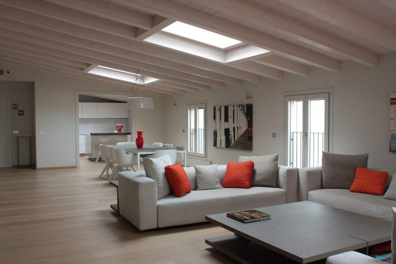 Una mansarda open space a milano - Open space cucina salotto ...