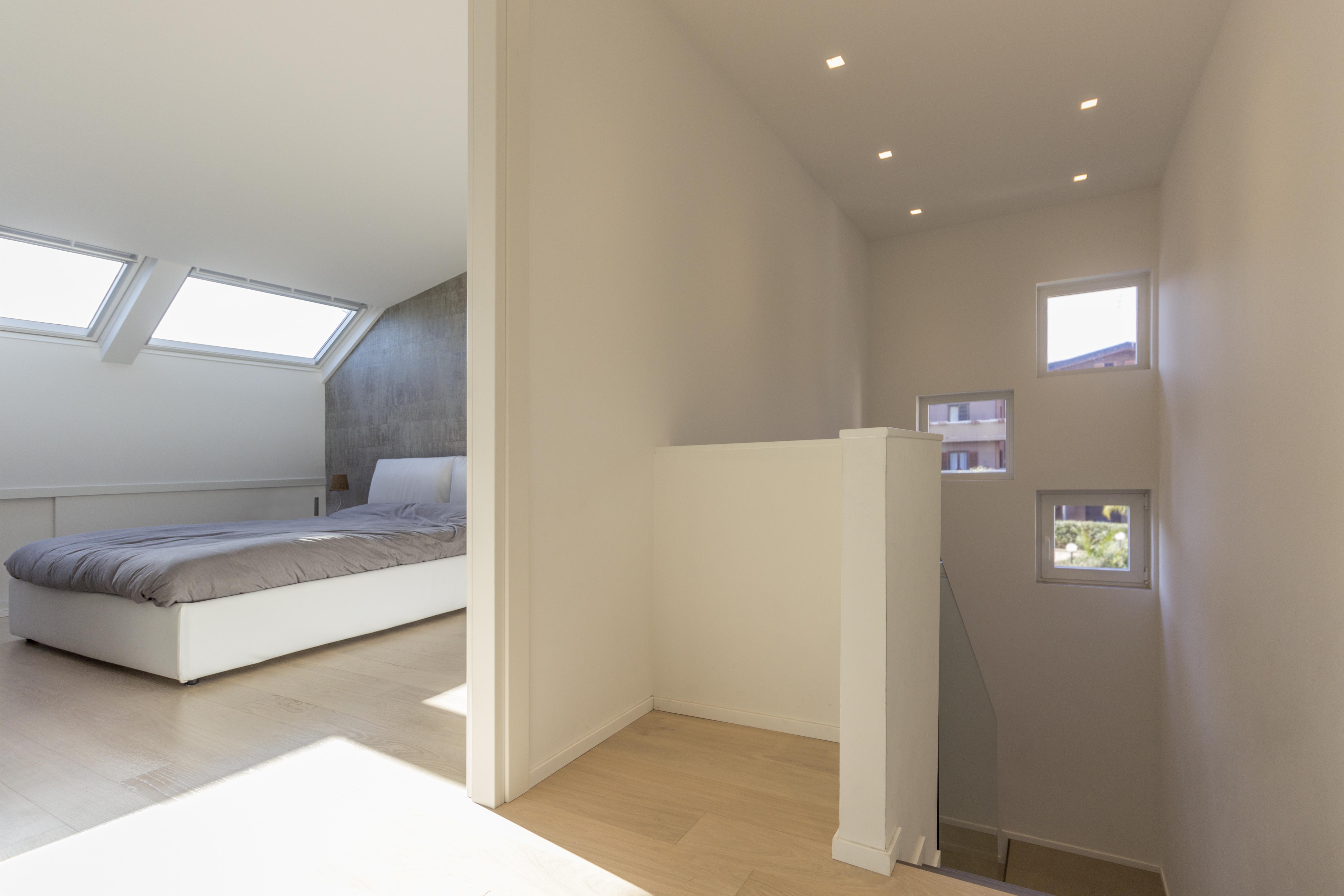 Uno spazio su due livelli con mansarda for Seminterrato su due livelli