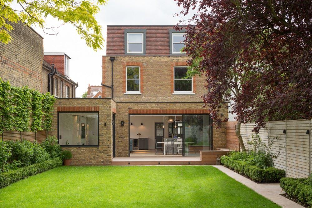 Ampliamento moderno di una villa dallo stile inglese for Piani di casa con una vista verso la parte posteriore