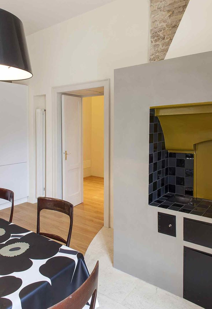 Una casa mansardata con camera sul soppalco for Sala pranzo mansarda