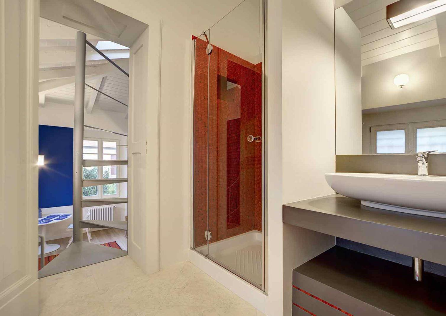 Una casa mansardata con camera sul soppalco for Registrare i piani di casa con soppalco
