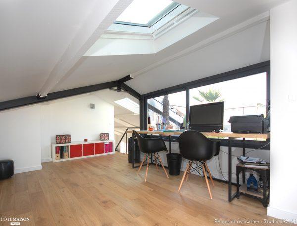 Un ufficio sotto a una finestra per tetti