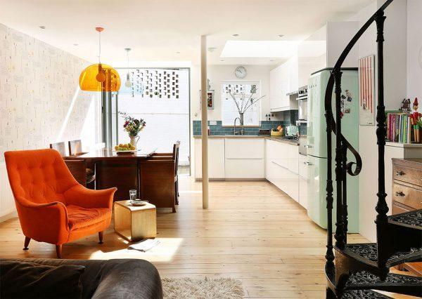 Il soggiorno con vista sulla cucina e sul'accesso alla zona esterna