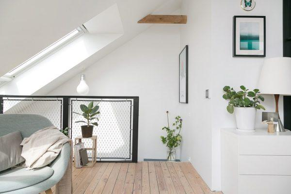 La scala di accesso alla mansarda con la finestra per tetti