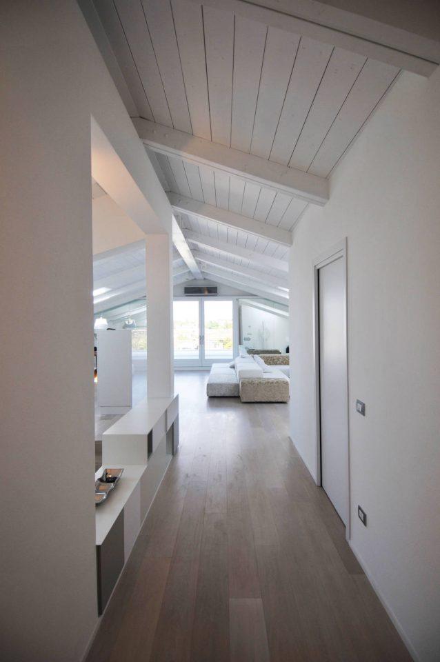 Corridoio - Tetto in legno bianco ...