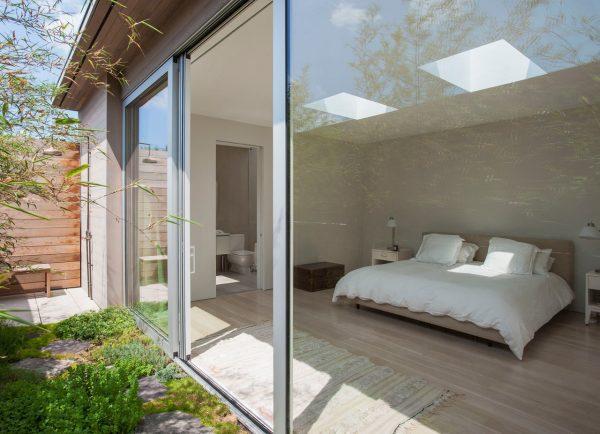 La camera da letto con finestre per tetti piani