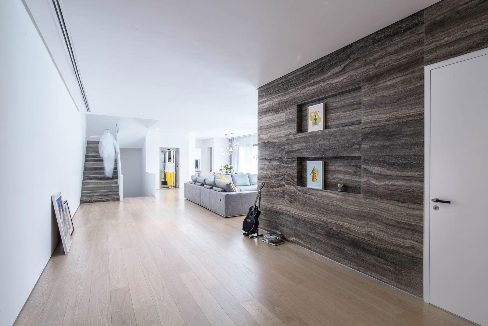una casa elegante e lineare con finestre per tetti piani