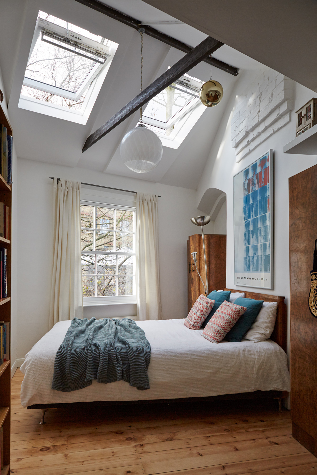 Camera con finestre for Finestre velux foto
