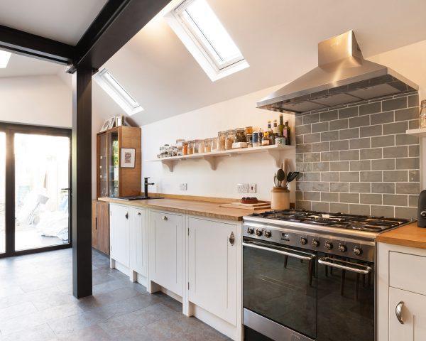 La cucina illuminata dalla finestra per tetti