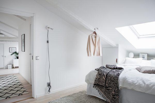 Una camera dai toni chiari con tanta luce naturale