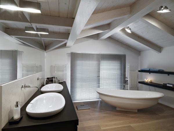 Un bagno moderno con vasca e piano in legno