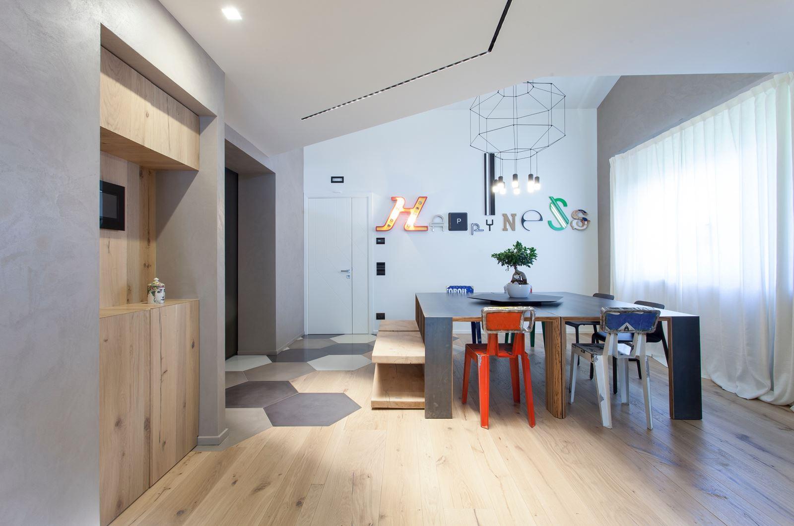 Un appartamento con studio sul soppalco for Sala pranzo mansarda