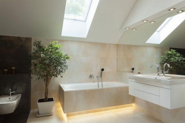 Un bagno moderno illuminato da una finestra per tetti