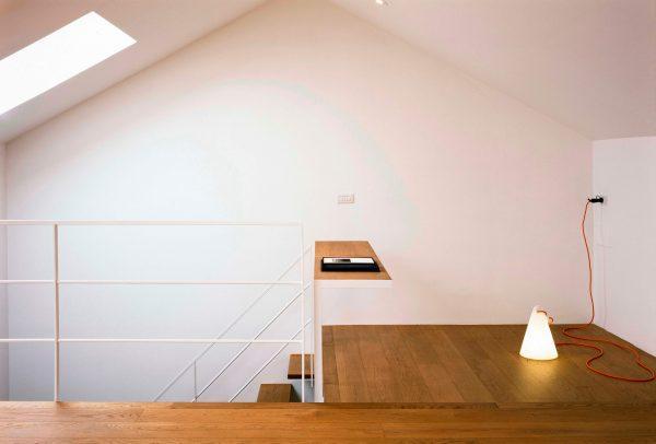 Il soppalco con la luce della finestra per tetti