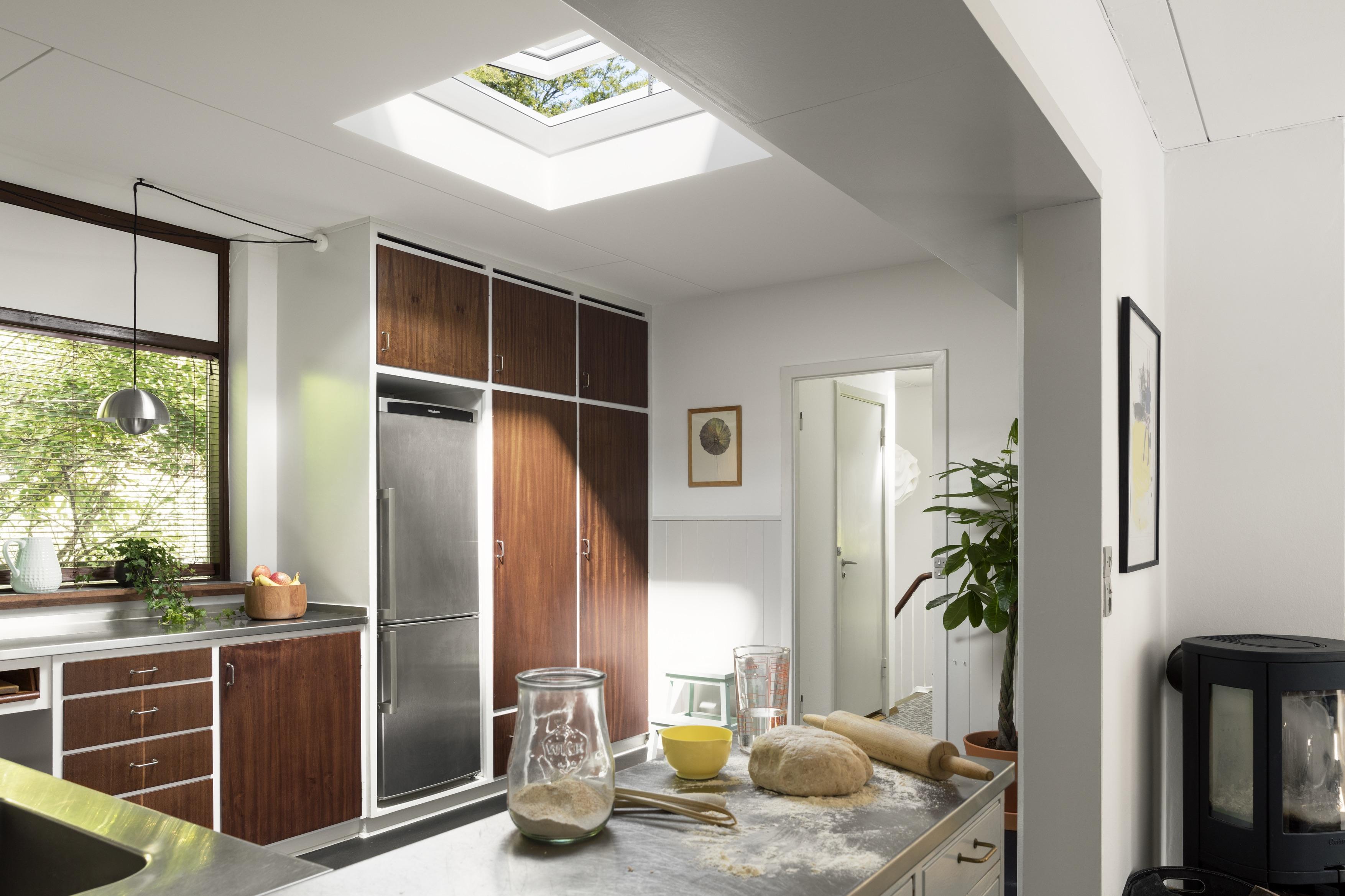 Cucina con finestra su tetto piano