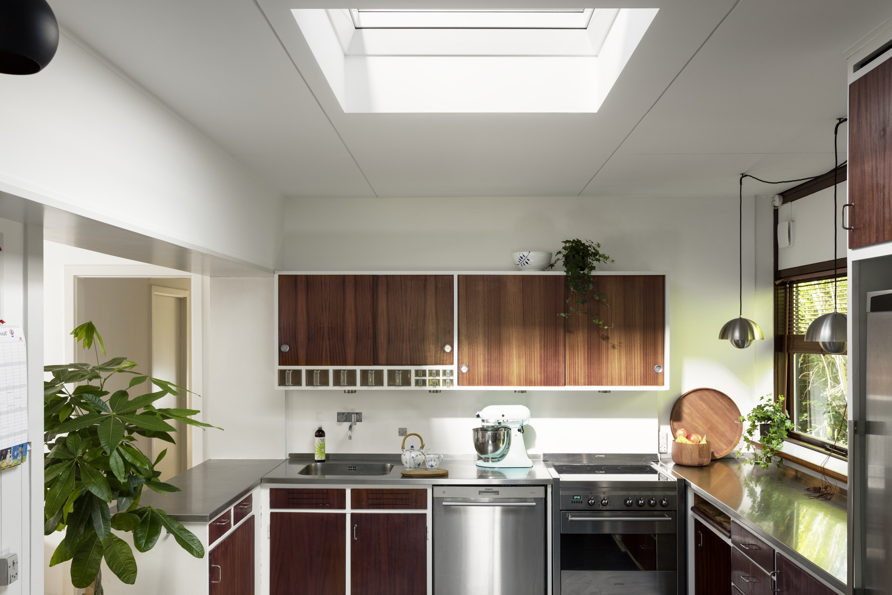 Come aggiungere una finestra con vetro curvo su un tetto for Finestra in cucina