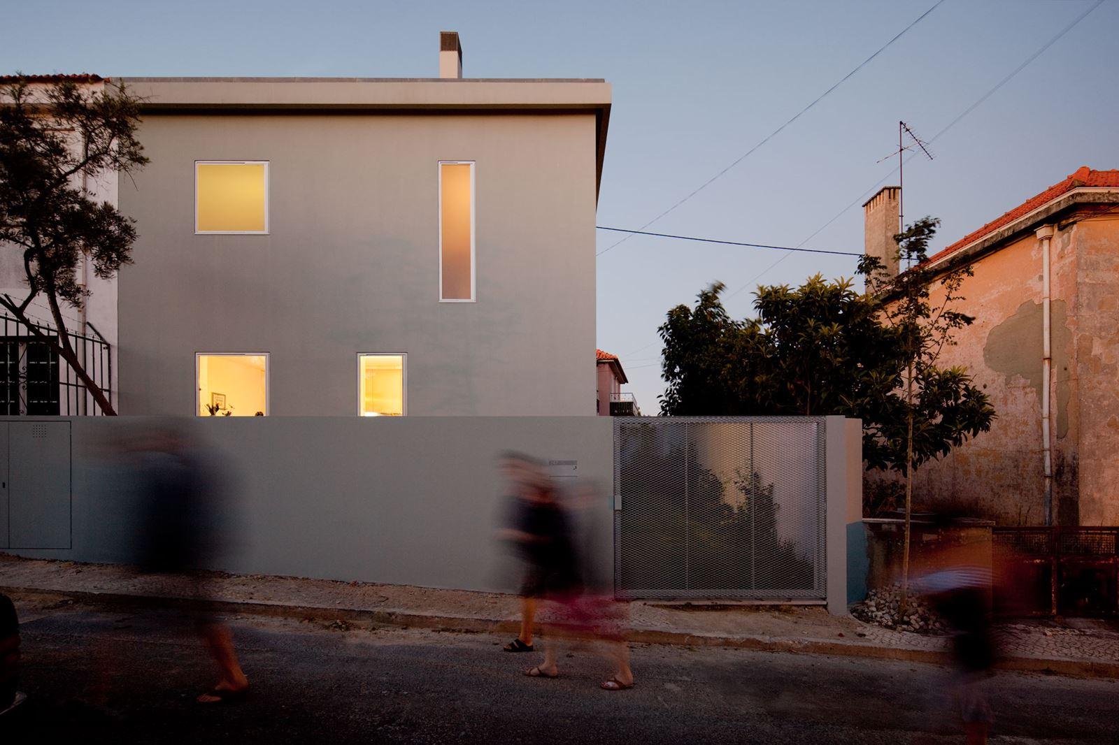 Una casa su tre livelli con molte finestre for Piani di una casa a un piano con seminterrato di sciopero