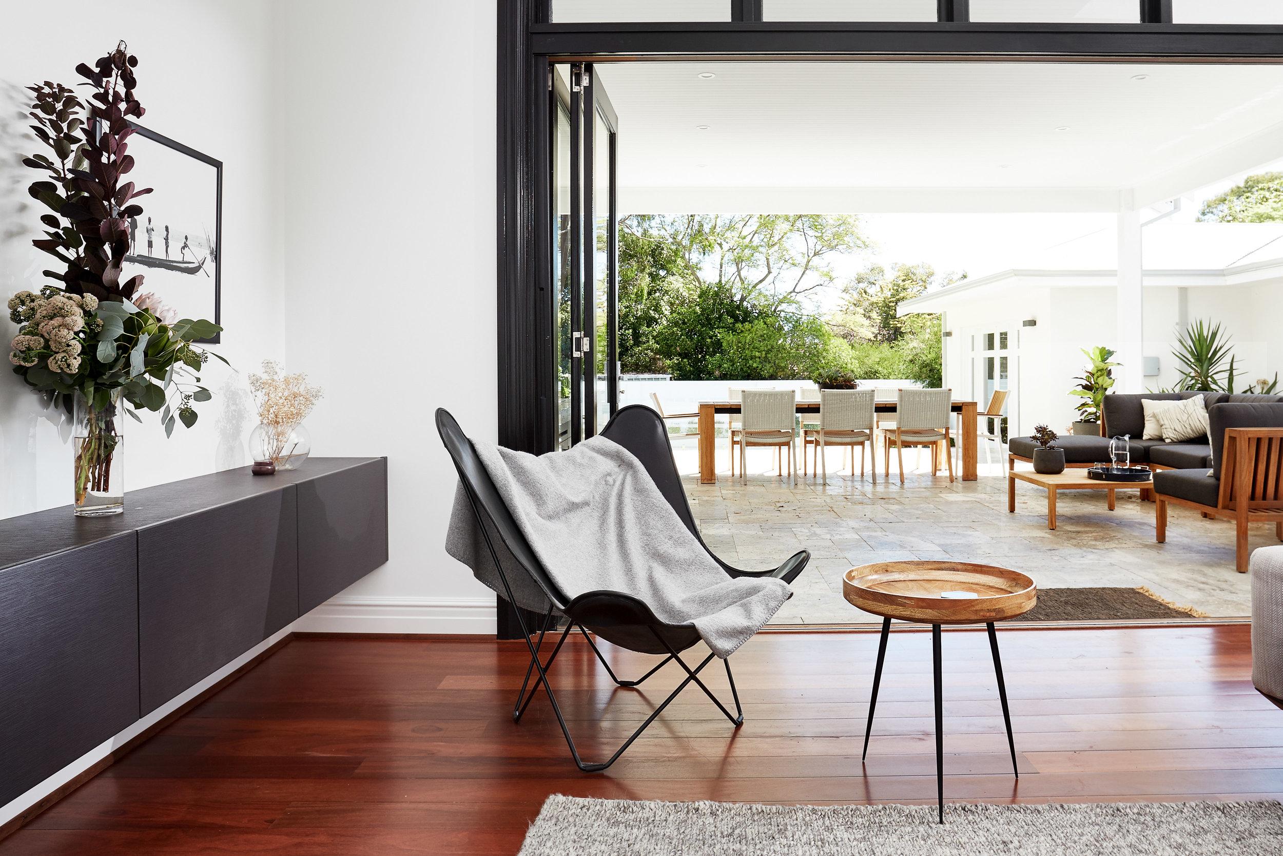 Una casa contemporanea con il tetto piano for Piani patio esterno