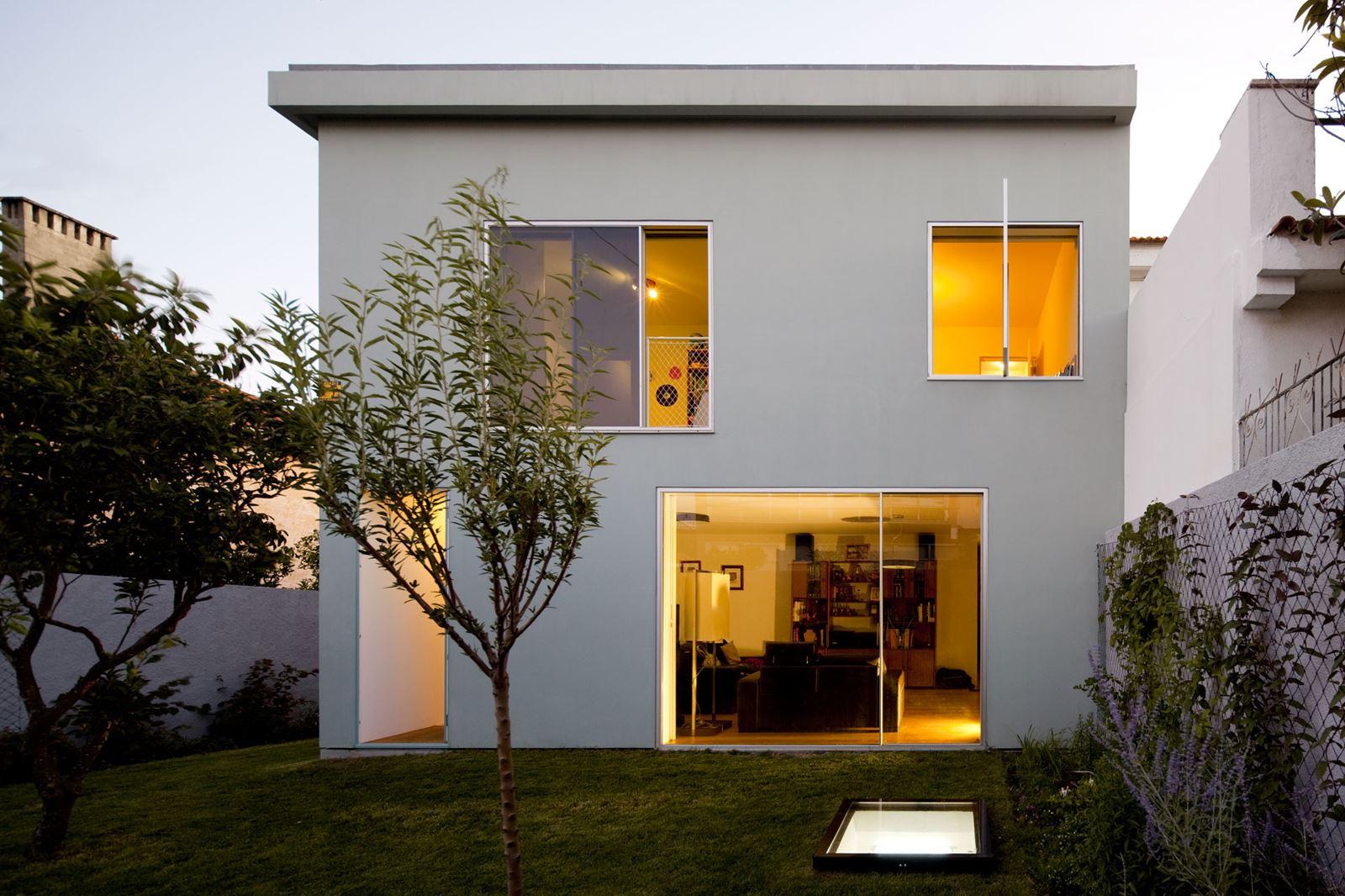 Una casa su tre livelli con molte finestre - Esterno casa colore ...