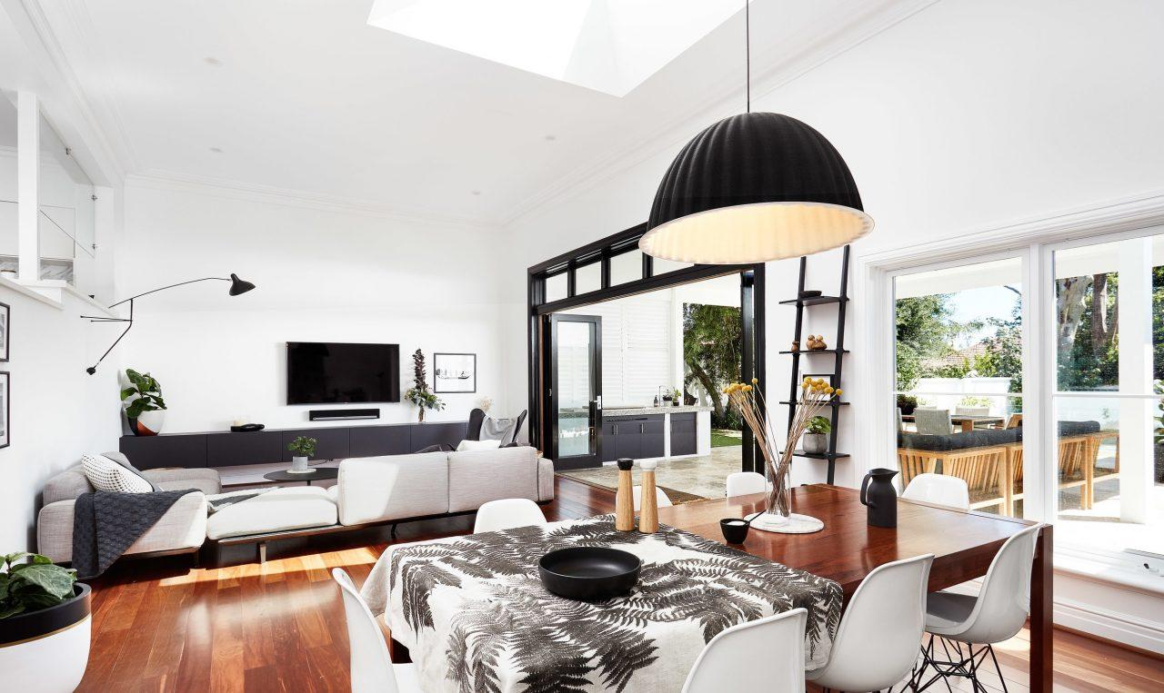 Una casa contemporanea con il tetto piano for Piani casa costruiti per una vista