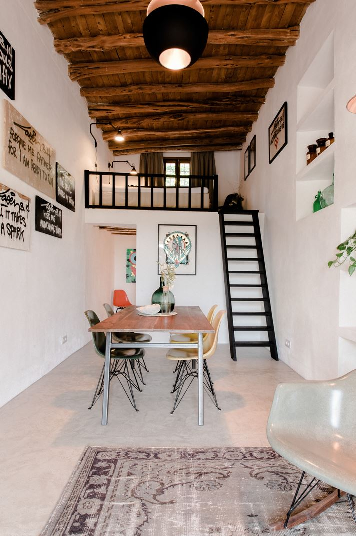 Una casa rustica con tetto piano for Sala pranzo mansarda