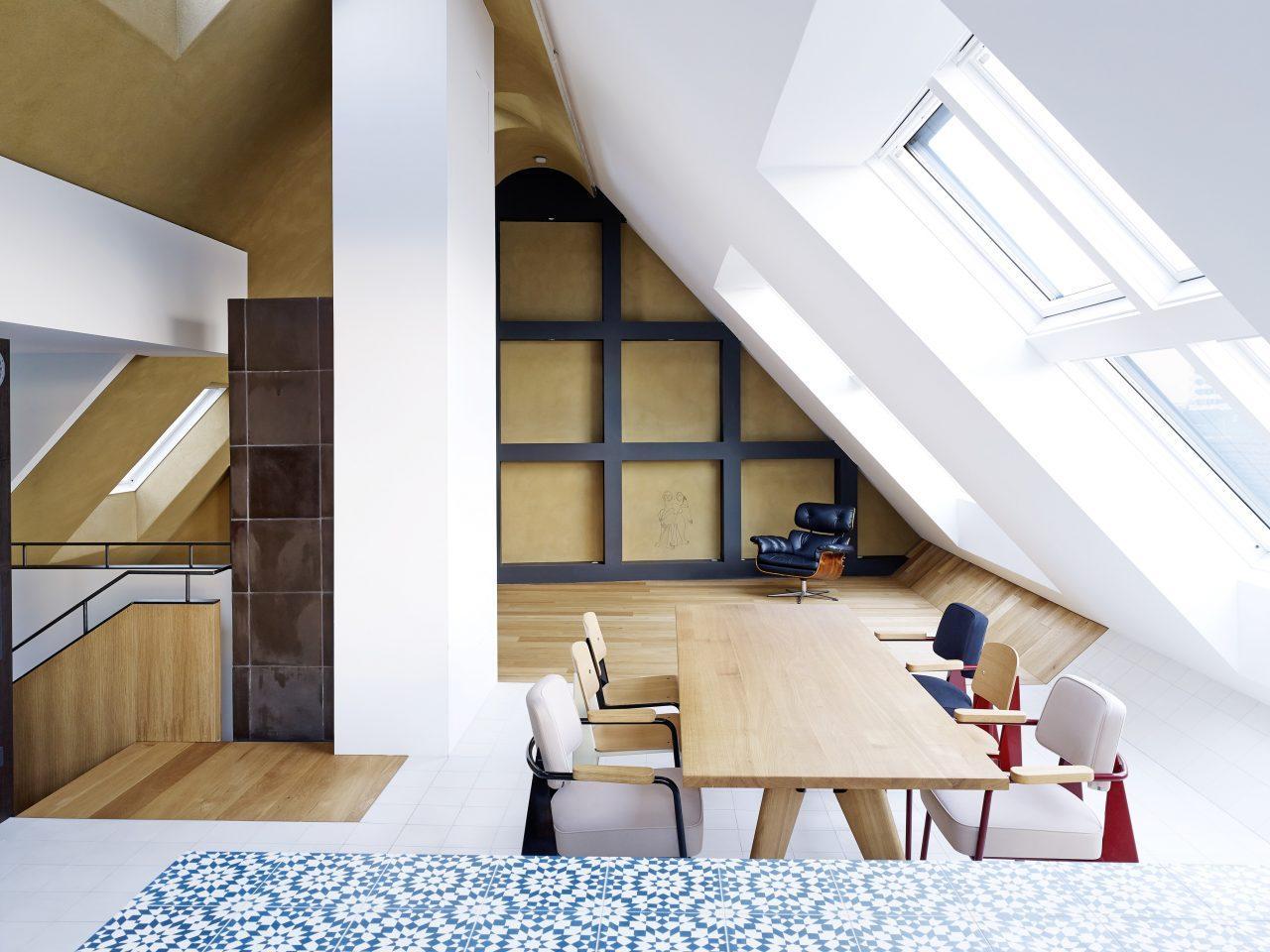 Una casa elegante e lineare con finestre per tetti piani for Finestre velux torino