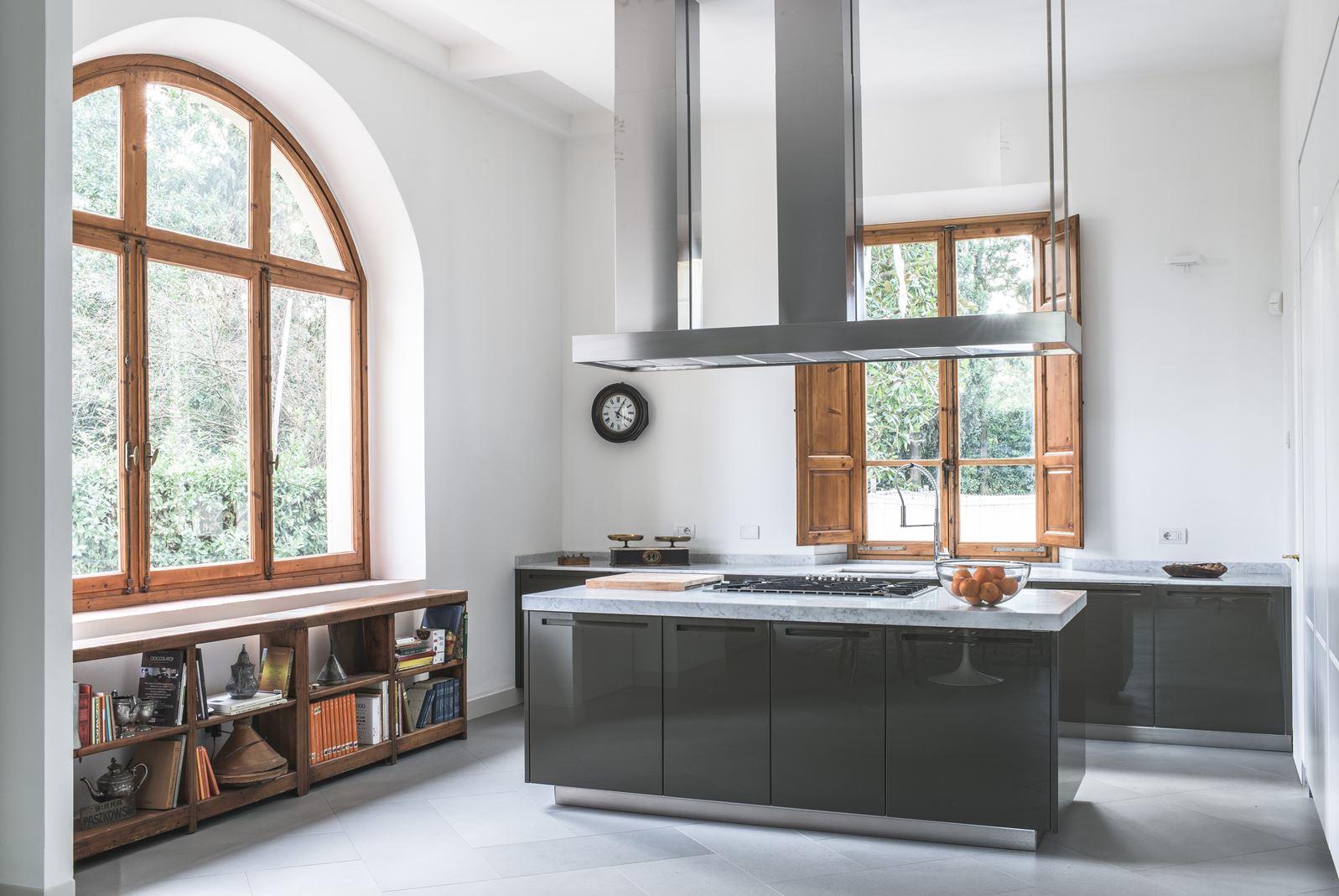 Una villa con mansarda tra storia e modernit for 1 1 2 piani di cottage storia