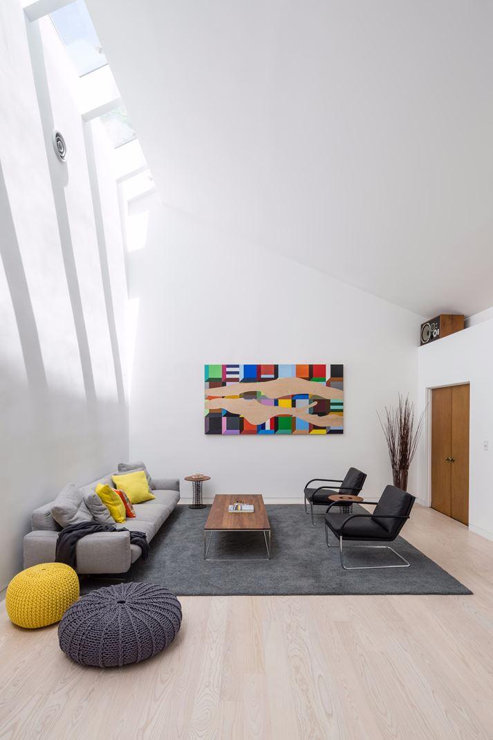 Living moderno con luce zenitale da finestre per tetti