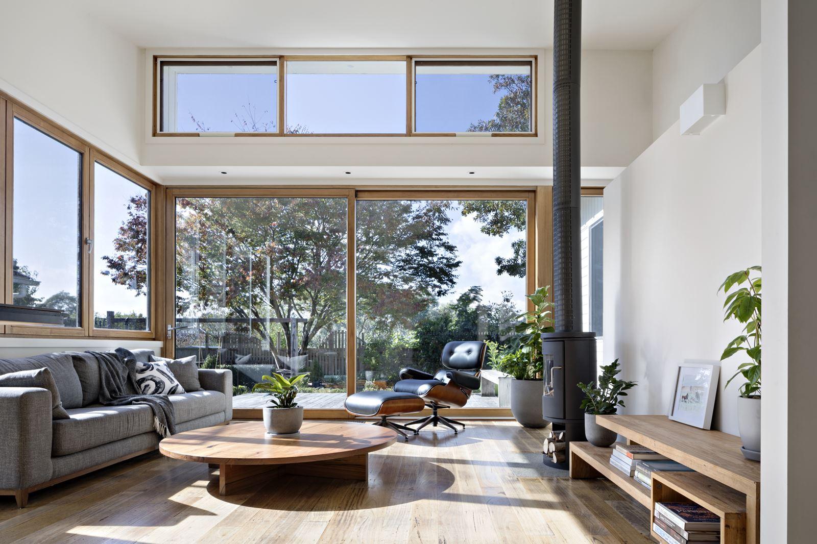 Una casa familiare luminosa ed essenziale for Casa essenziale