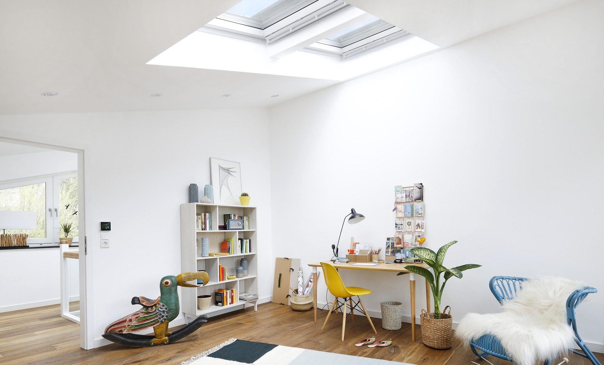 Uno studio illuminato da finestre per tetti