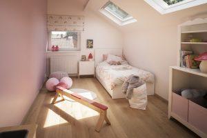 Una camera illuminata da finestre per tetti