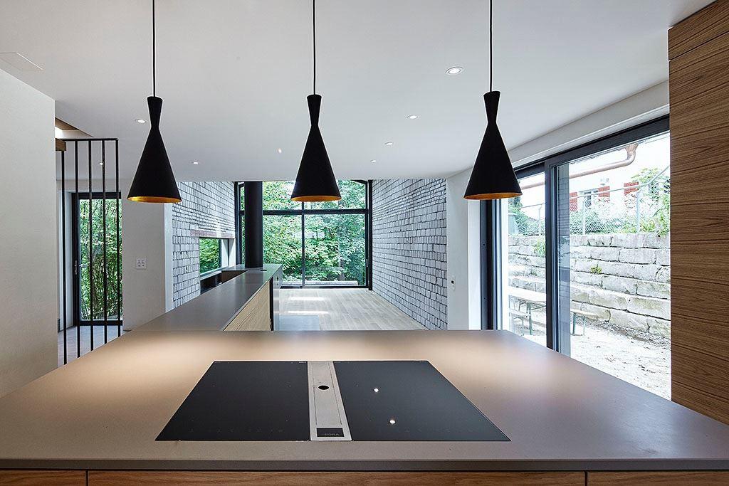 Una casa elegante dalle molte finestre sul tetto - La casa con le finestre che ridono ...