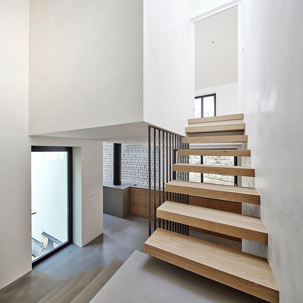 Una casa elegante dalle molte finestre sul tetto for Finestre a soffitto