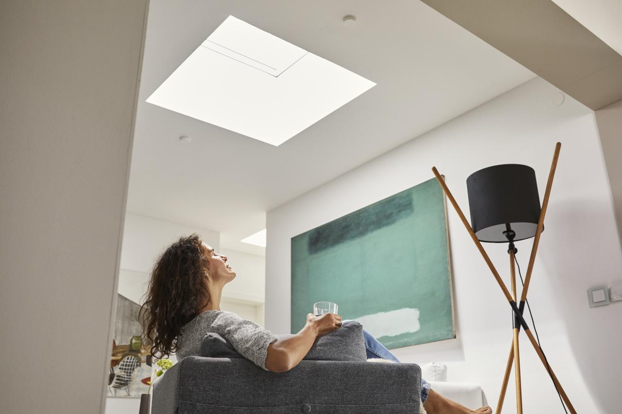 soggiorno con finestra sul tetto