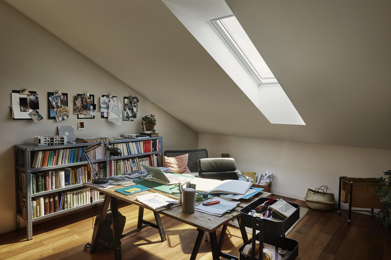studio in mansarda con finestra
