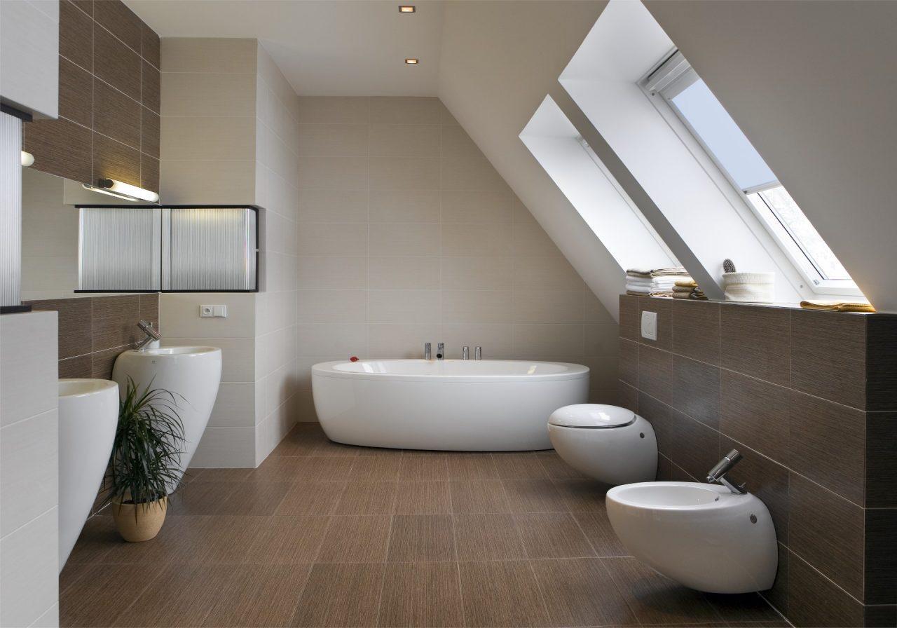 Bagno con finestre per tetti
