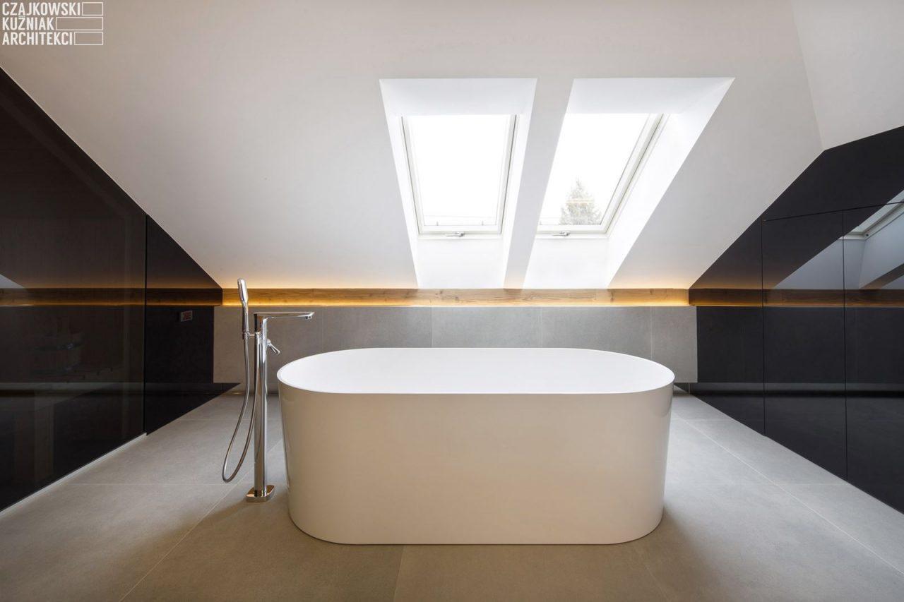 Vasca illuminata da finestre per tetti
