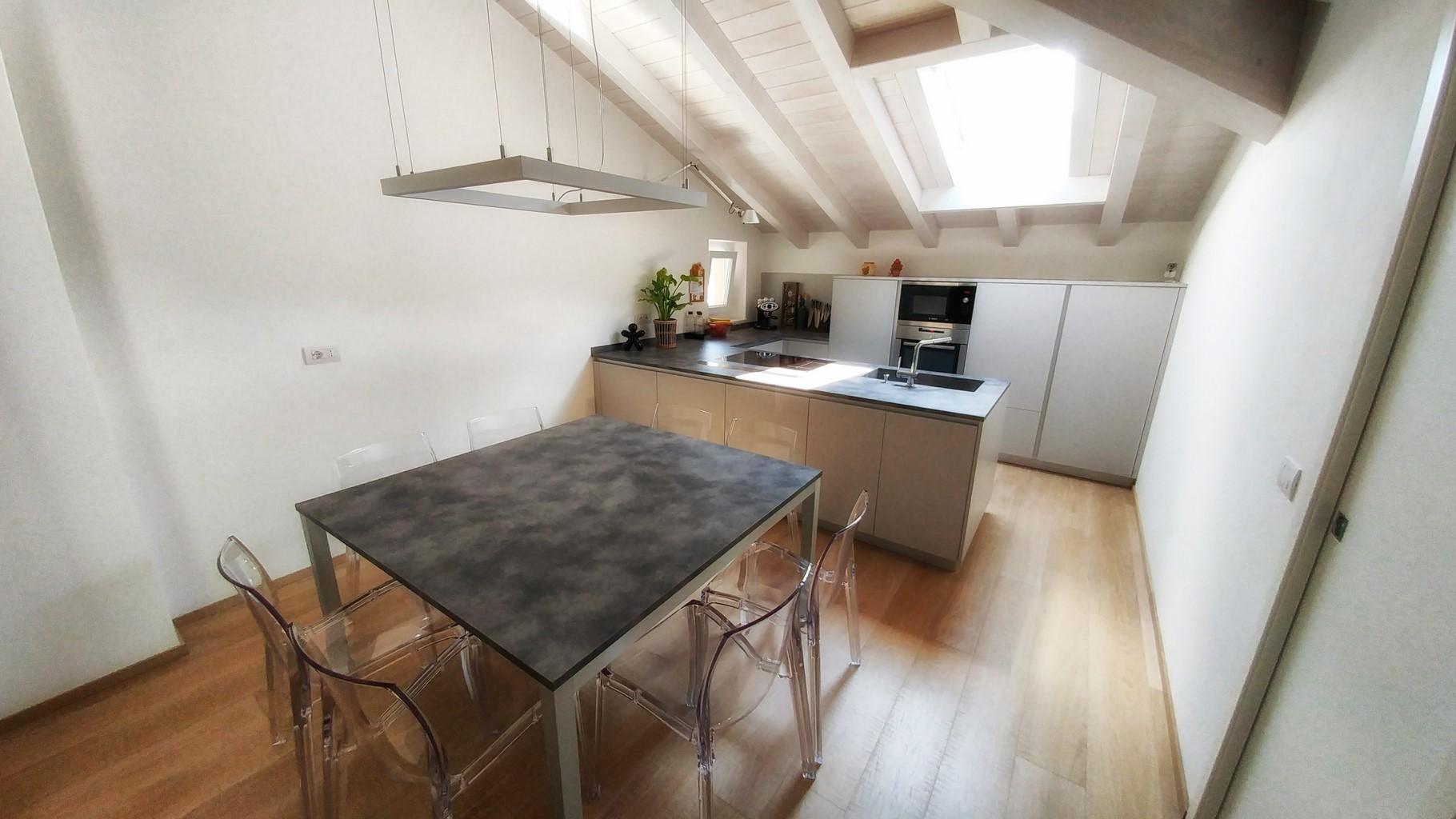 Una mansarda con tanta luce in cucina for Arredare con la luce