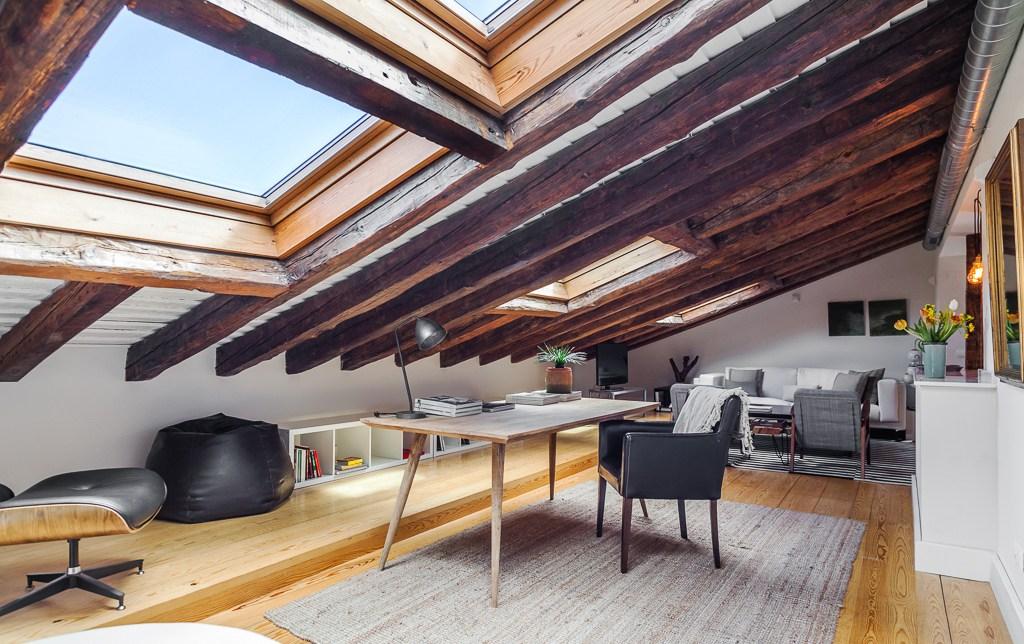 Soggiorno con finestre per tetti
