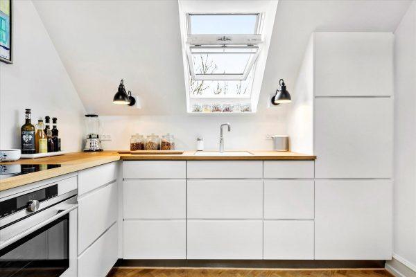 Cucina con finestra per tetti aperta