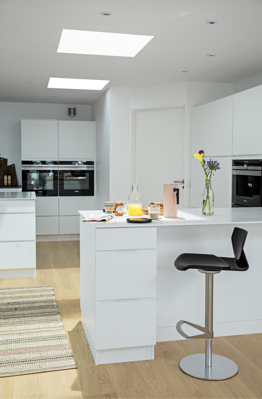cucina con finestre per tetti