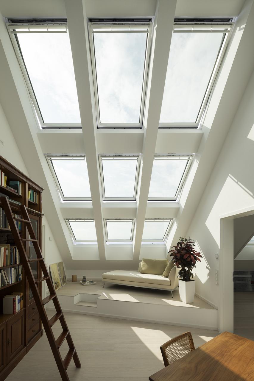 stanza con finestre