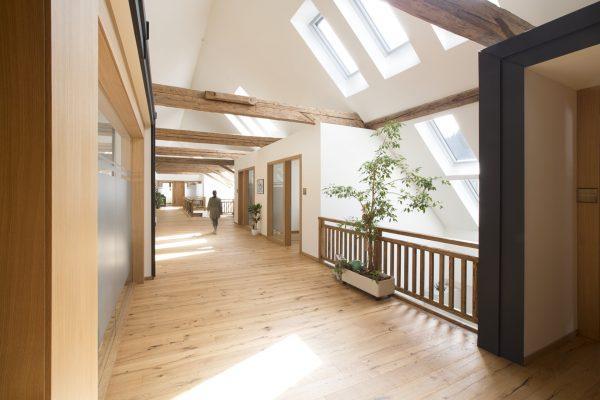 Una casa avvolta nella luce naturale