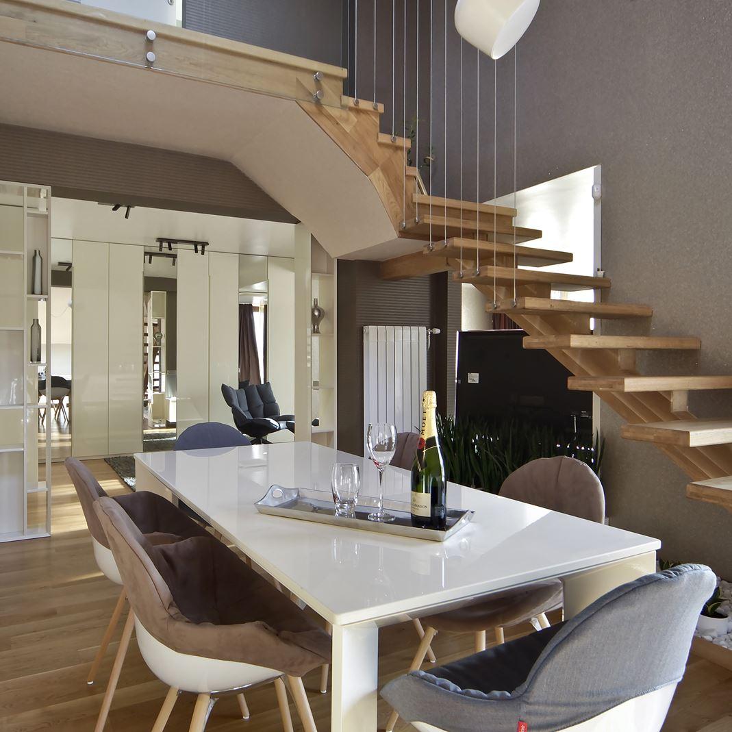 Una mansarda a doppia altezza calda e luminosa for Piani casa sul tetto di bassa altezza
