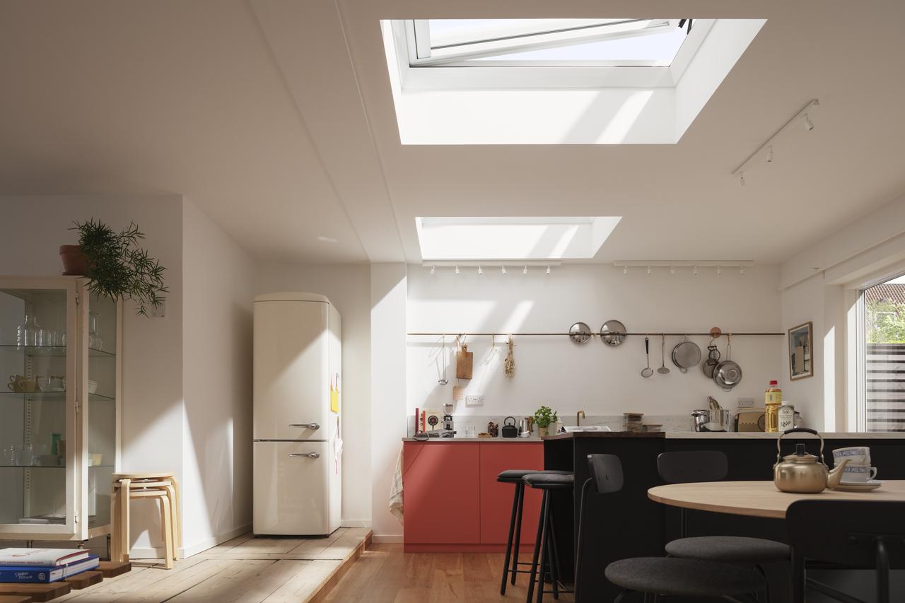 cucina con finestre aperte