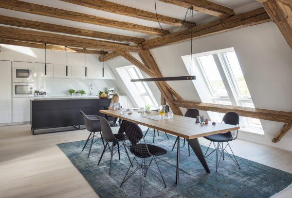 Sala da pranzo con finestre per tetti