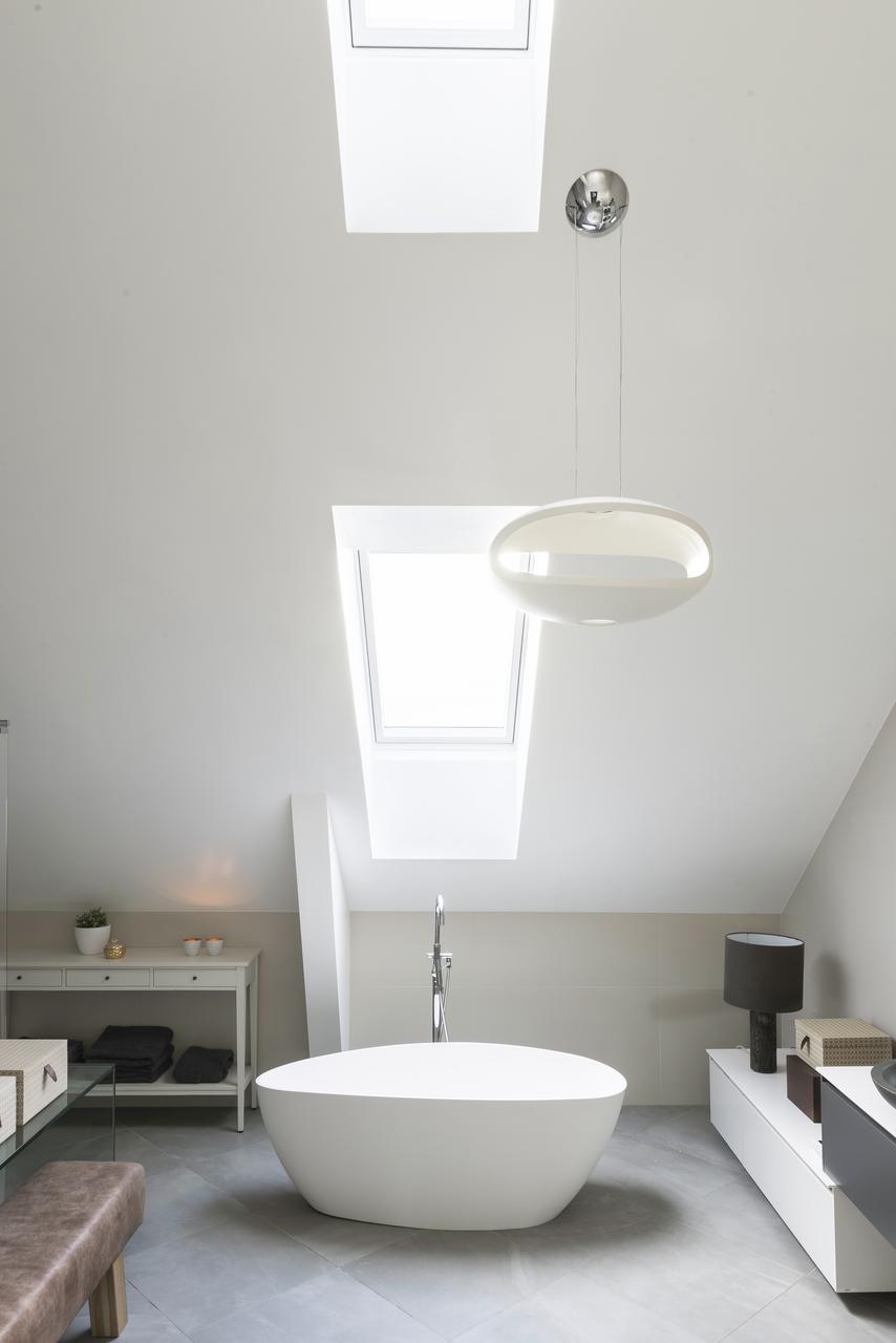 vasca da bagno con finestre