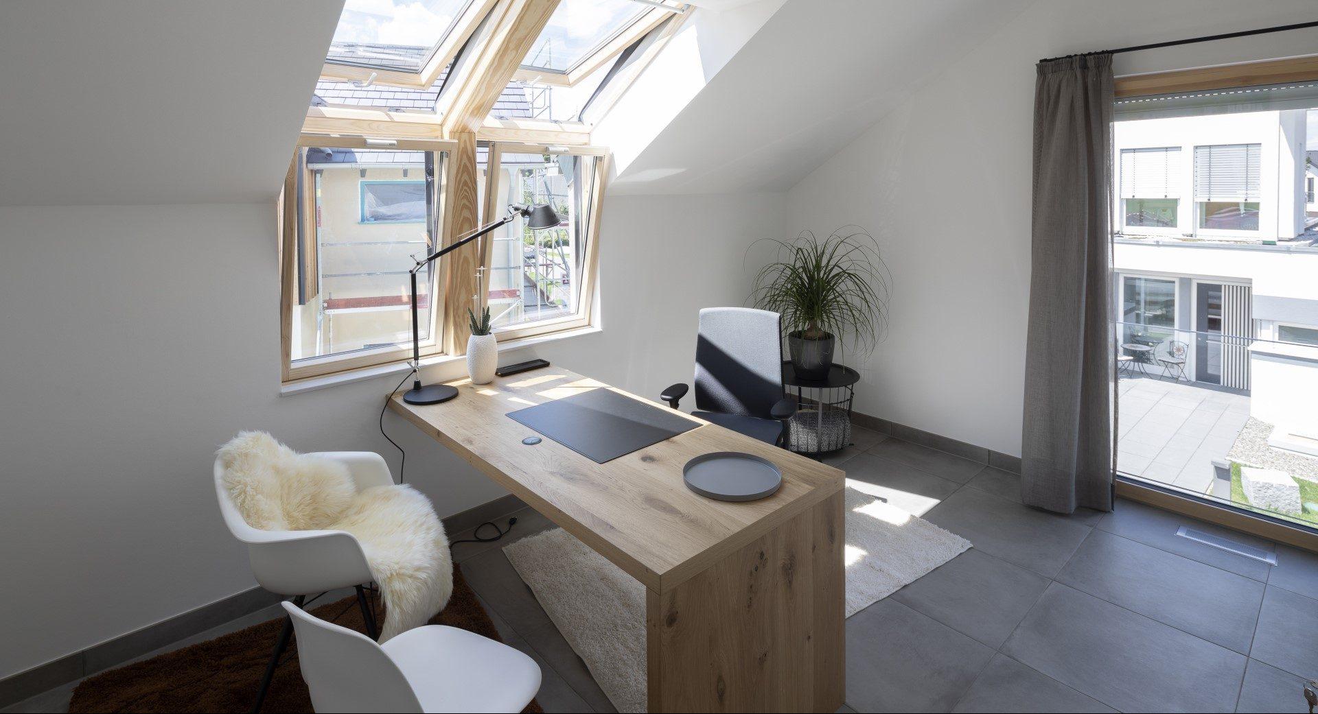 scrivania con finestre