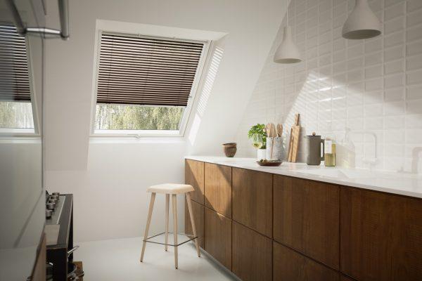 Cucina con finestra per tetti e veneziana