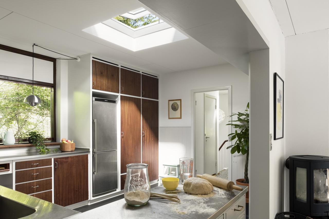 cucina in legno con finestra